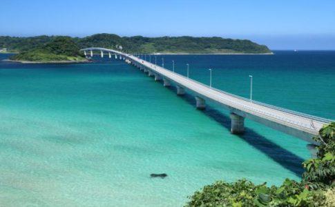 角島大橋の青い海