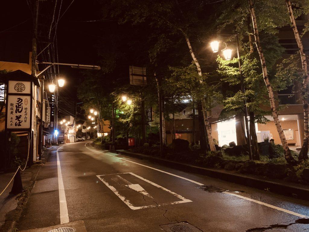 奥へと続き温泉街の外灯