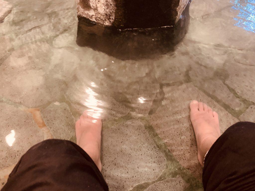 足湯に浸かる様子