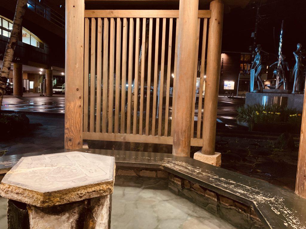 草津温泉バスターミナル前足湯の丸柱