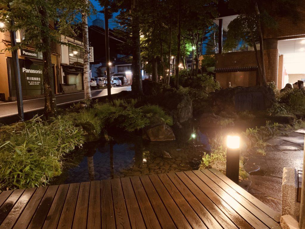 草津温泉バスターミナル前足湯の庭園
