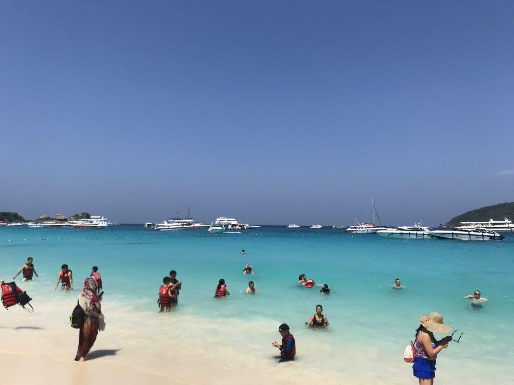 シミラン諸島の青い海