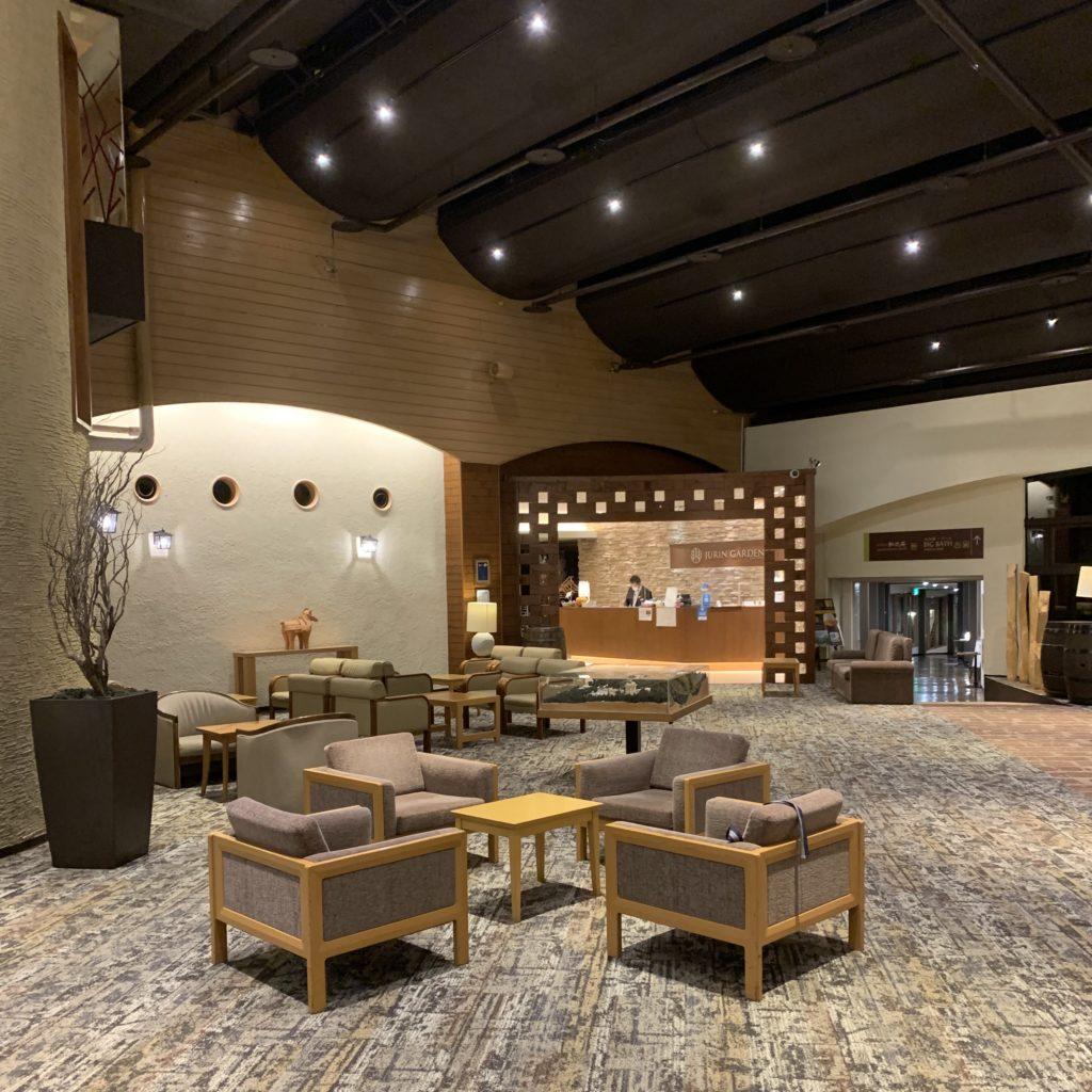 草津ナウリゾートホテルの一階ラウンジ