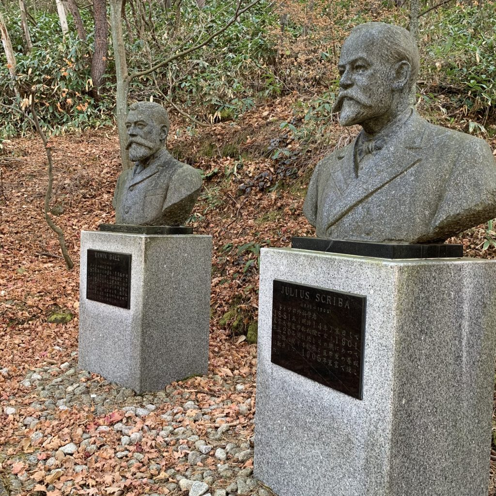 西の河原公園にあるベルツ・スクリバ博士の銅像