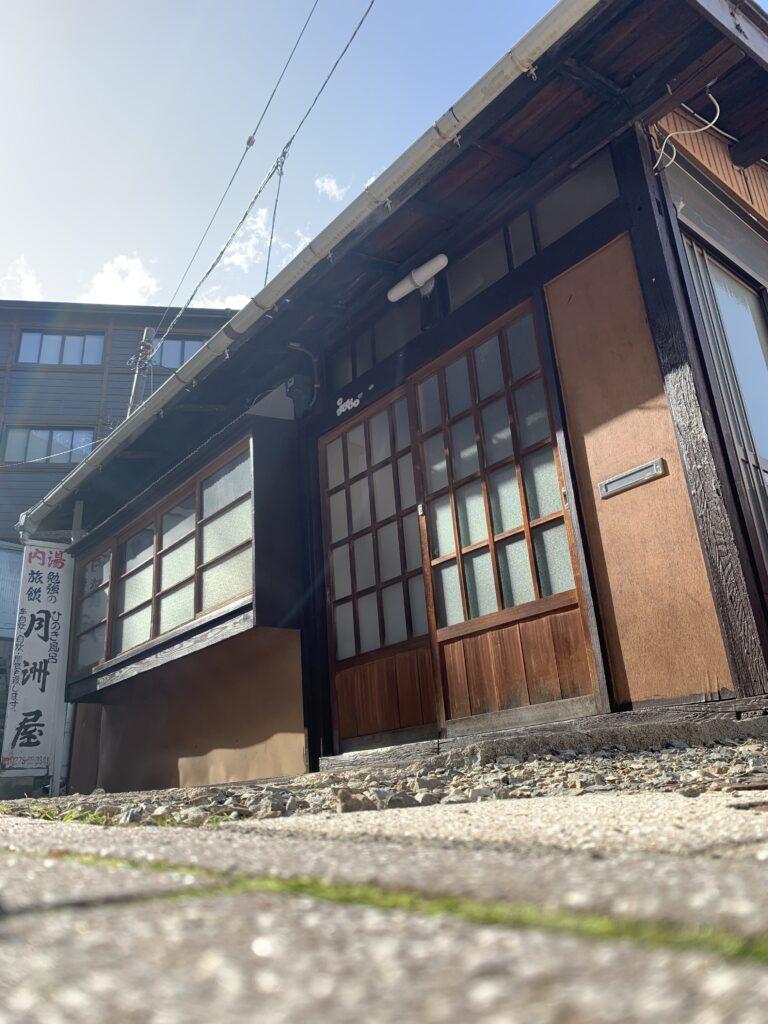 月洲屋の建物入口