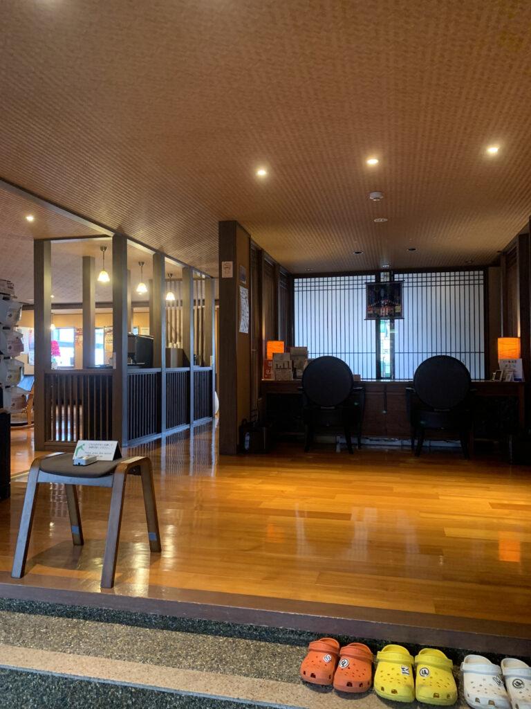 木造温泉旅館の綺麗なロビー