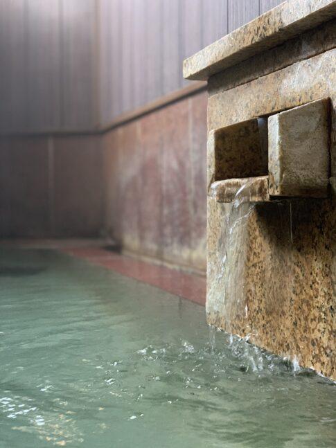 熱いお湯を吐き出す浴場の湯口
