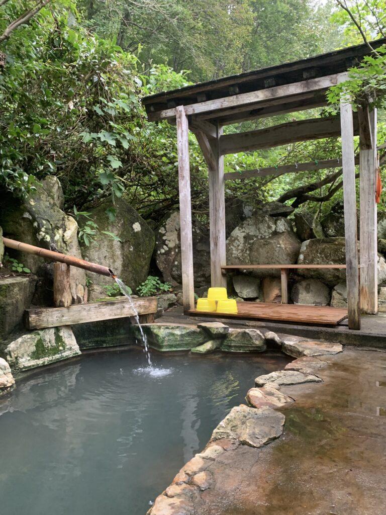 緑に囲まれた岩づくりの露天風呂