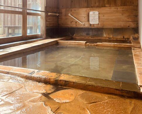 木造の中にある石風呂の温泉