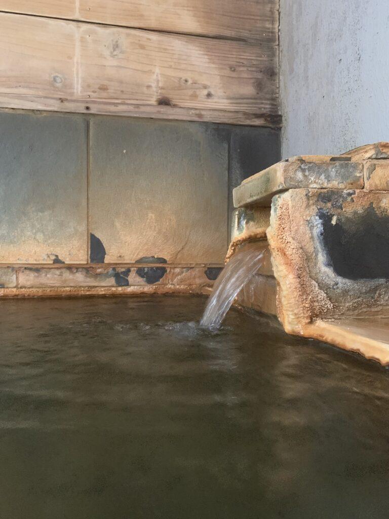 湯口から流れ出る温かいお湯