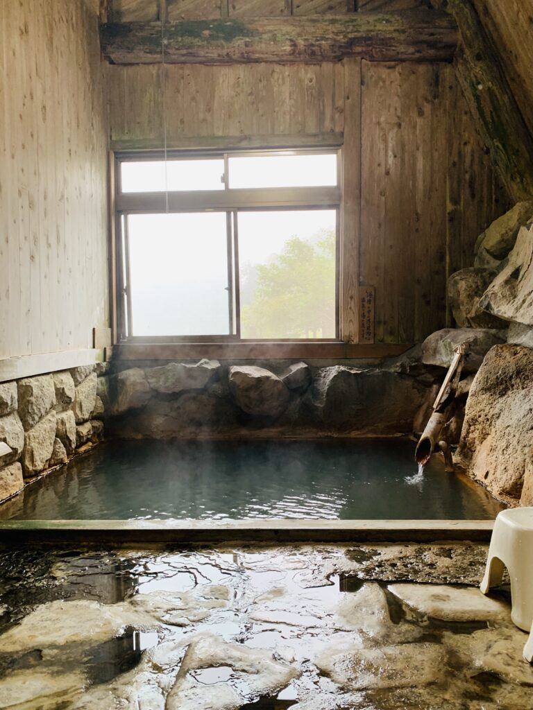木造温泉旅館にある鄙びた石風呂