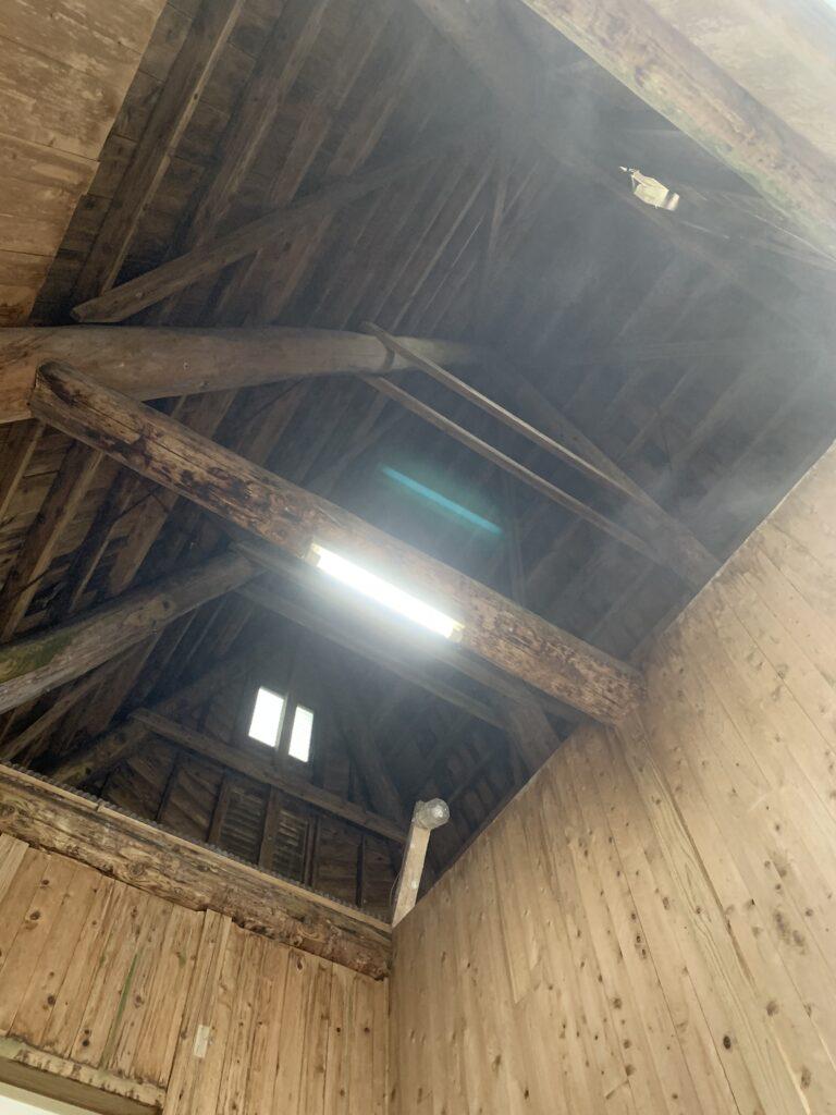 湯舟から見上げる高く暗い天井