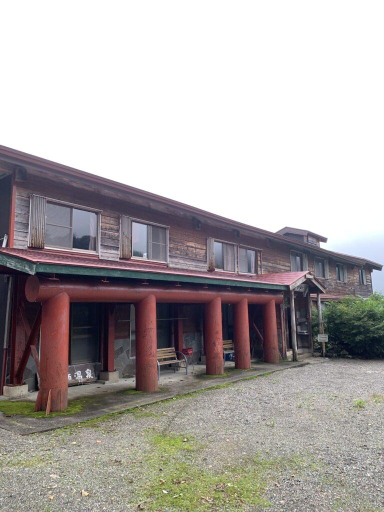 木造二階建ての山小屋