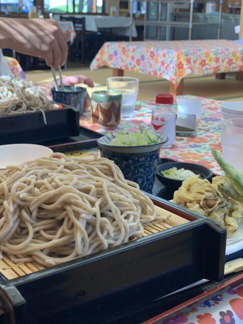 山盛りの天ぷらそば