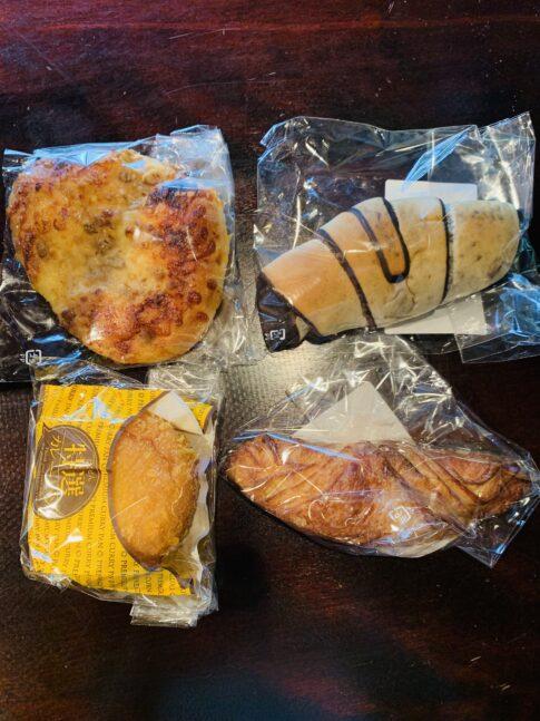にぎやかに並んだパン