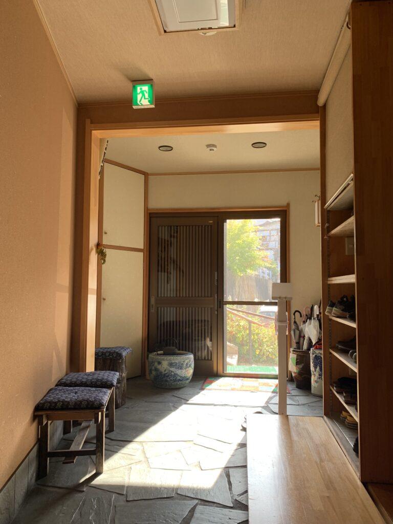暖かい陽がたっぷり差し込む旅館の玄関